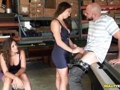 Грудастая девка и подружка мучают свои киски