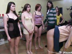 женщина обучает подростков