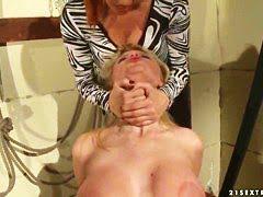 Сексуально озадаченная грудастая бикса трахается с трусами во рту
