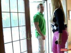 Сантехник разбирается с домохозяйкой, будто но хозяин