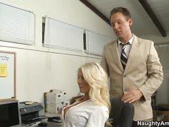 Похотливый шеф зрелую секретаршу пробует на вкус