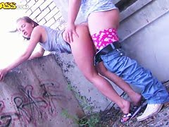 Два жеребца харят на диване телочку Бобби