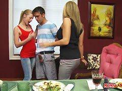 Страстная оргия с проститутками в черных чулках перед зрителями