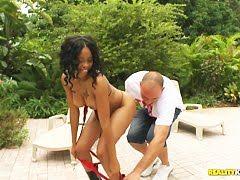 Африканская проститутка с азартом на кровати делает это